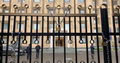 Gürcüstanda etirazçılar hökumət binasının darvazalarını qıfıllayıblar
