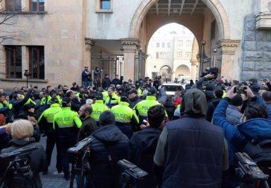 Gürcüstan parlamenti ətrafında qarşıdurma başladı